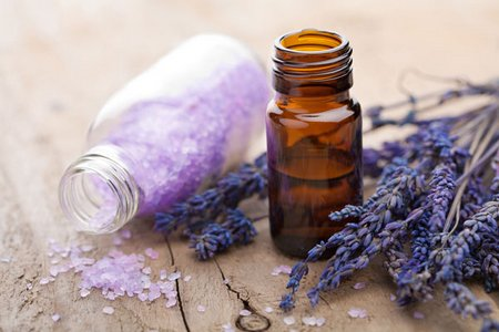 Lavender essential oil for a household use - Huile essentielle desinfectant linge ...